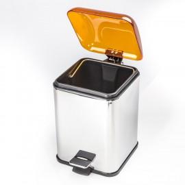 Gettacarta KARTA con coperchio con apertura a pedale. Coperchio arancione trasparente e corpo cromo.