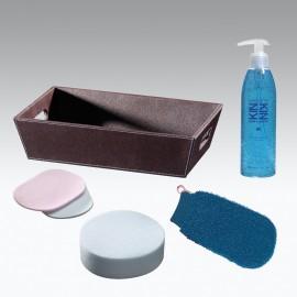 Set BENESSERE KIN: Sapone liquido 300ml, spugna bagno, spugnette struccanti, guanto massaggio e vaschetta ecopelle.
